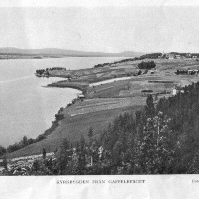 Juli 2010. Juli månadsbild kommer från boken Örträsk socken och visar utsikten från Gaffelberget. Kortet är taget av Johan Olsson. Vem var han?