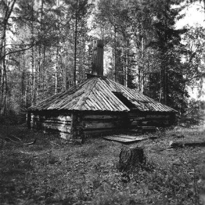 Augusti 2020. Östra Örträsk. Lundberg. Slåtterkoja som har form av en timmerkåta. Foto: Evert Larsson, folklivsforskare, konstnär och konservator som levde mellan åren 1898 - 1964.