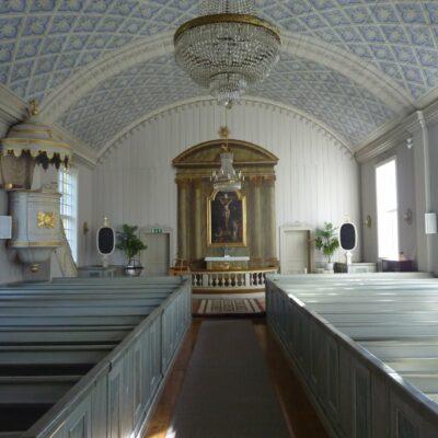 Kyrkorummets fina proportioner, stilenliga inredning samt svala och återhållsamma färgskala samspelar till en harmonisk helhet. Det tunnvälvda taket är i sin helhet bemålat med ett kassettmönster i skenperspektiv, medan korväggen pryds av ett arkitekturmåleri.  Målarmästaren Carl Erik Holmström var född i Lycksele 1815, men verksam i Stockholm. Även i Lycksele kyrka anlitades han för liknande målningar i tak och kor, men där återstår bara delar av arkitekturmålningen i koret efter flertalet efterföljande restaureringar, medan Örträsks interiörmåleri är helt intakt.