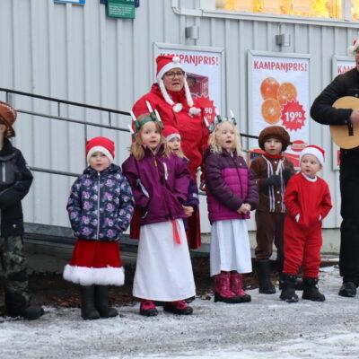 2020-12-13 Luciakonsert med förskolan utanför Örträsk Livs. Foto: Ingrid Lindgren