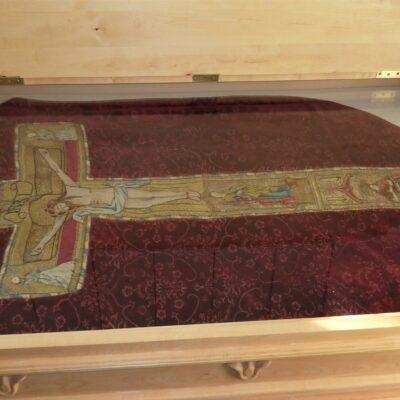 Kyrkans röda mässhake i granatäppelmönstrad italiensk silkessammet är från 1400-talets slut. Denna textilskatt tillhörde ursprungligen moderförsamlingen Umeå landsförsamling, men gick i arv när Lycksele bröt sig ur och blev egen församling i början av 1600-talet. Därefter fick Örträsk i sin tur ärva den av Lycksele.