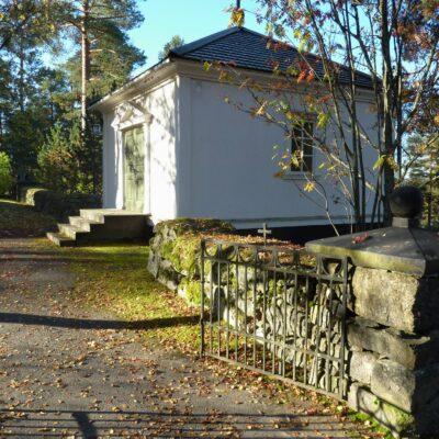 Gravkapellet uppfördes så sent som 1956 (efter ritningar från 1943). Trots att klassicism inte längre var modernt då fick det en sådan utformning och inordnar sig därför fint i resten av kyrkomiljön.