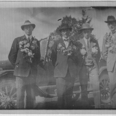 April 2015. Göte Edvinsson kommer denna månad med en bild från 1926 då fyra män från Västra Örträsk emigrerade till Amerika. De fyra är från vänster: Axel Hägglund, Henning Svensson, Oskar Bergström och Reinhold Jonsson.  Efter lite efterforskningar har följande uppgifter framkommit (källor kyrkböcker och emigrantregister). Eventuella felaktigheter får gärna påpekas och kommer då att korrigeras.  Axel Hägglund - född den 25 oktober 1901, fader Olof Hägglund, moder Klara Elina Sjögren. Avreste från Stockholm den 28 juni 1926 till Liverpool, England och därifrån den 2 juli 1926 med fartyget Montroyal till Quebec, Kanada. Finns inga uppgifter när han återvänt till Sverige men 1970 finns han kyrkobokförd som Axel Hägglund i Örträsk. 1980 är han fortfarande kyrkobokförd i Örträsk på fastigheten Örträsk 1:38 där nu Veronika och Joakim Blom bor. Han dör den 24 december 1980 i Örträsk och är då registrerad som ogift man.  Hos Västerbottens museum finns ett foto taget av Klara Persson med följande bildtext: Från vänster: Axel Hägglund, född 25/10 1901, död 29/12 1980, Västra Örträsk. Utvandrade till Amerika, kom tillbaka efter några år. Ogift. Diversearbetare. Nils Hägglund, född 12/12 1903, död 4/5 1958. Diversearbetare, behjälplig vid deklarationer. Gift med Aline Thorén. Boende i Västra Örträsk. Två barn: Arentz och Arnold.  Henning Svensson - född den 11 februari 1898, fader Olof August Svensson, moder Eva Johanna Persdotter. Avreste från Stockholm den 28 juni 1926 till Liverpool, England och därifrån den 2 juli 1926 med fartyget Montroyal till Quebec, Kanada. Den 12 juli 1936 gifte han sig med Edit Matilda Sjögren från Lycksele och hade då återvänt till Sverige. De bodde då på Sörsidan i kurvan där Axelson/Sigurdsson bor i dag. Henning dör den 14 april 1966 och Edit den 5 mars 1989.  Oskar Bergström - född den 10 juni 1884, fader Karl Bergström, moder Anna Charlotta Qvarnström. Avreste första gången den 28 juli 1909 från Göteborg mot Grimsby i England med ångfartyget Mo