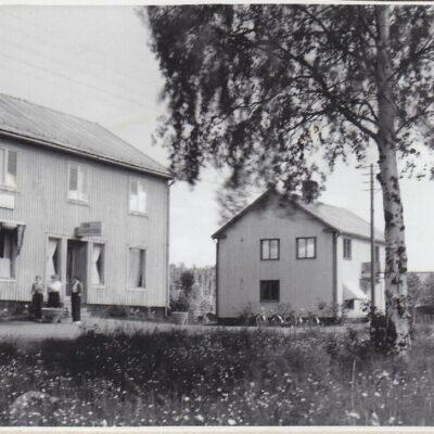 December 2015. Som decemberbild blir det kanske lite nostalgi för gamla Örträskbor. Bilden är tagen av Gunnar Egervall och utlånad av Staffan Egervall. Bilden är tagen under 1940-talet.  Vad som syns på bilden är väl ganska tydligt, men kan det komma in några berättelser om vad som hände i husen?