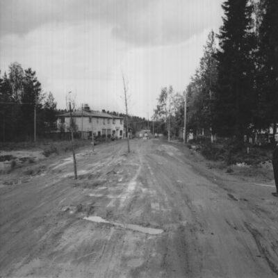 Juni 2015. Görel och Håkan Sandell har hittat ett foto taget av Hilding Svensson i samband med ombyggnaden av nuvarande Storgatan genom byn.