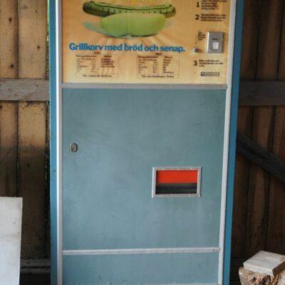 September 2013. Alla ni som har minnen från denna korvautomat, skriv ner era hågkomster och skicka dem till mig så skapar vi kulturhistoria för Örträsk. Det kostade 5 kronor och tog 45 sekunder för korven att bli varm, men vad hände under tiden ni väntade. När var den i funktion? Fungerade den bra? Berätta!!!!