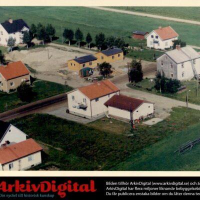 Mars 2021. Två bilder som visar pensionärsvillorna på Västra. Denna bild är från 1972. Den som vill berätta något kring husen kan kontakta ake@runnman.se