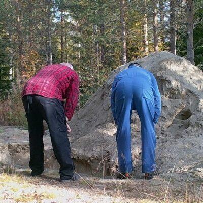 2016-09-25 Att en grop i skogen ska vara så intressant?  Men det är klart, är man nyfiken så är man .... Foto: Åke Runnman