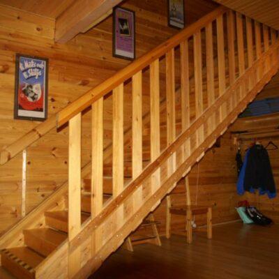 Från förstugan går trappan till övervåningen