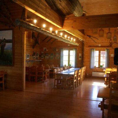 Ett åttiotal gäster kan direkt sätta sig vid de uppställda borden och här finns möjlighet till långbord eller annan placering av borden. Ytterligare gäster kan beredas plats med komplettering av bord och stolar. Det större rummet är 5,4 m gånger 13,5 m och rummet i anslutning är 5,5 m gånger 7,2 m.