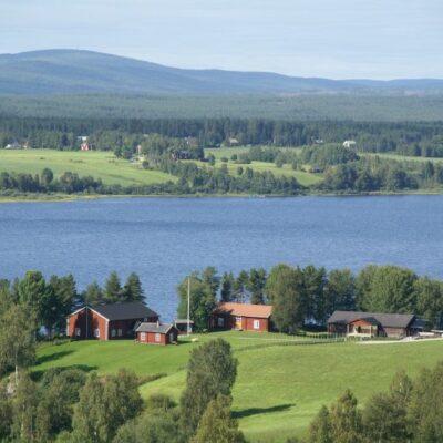 Hembygdsgården i Örträsk är vackert belägen på Näsberget, en udde som sticker ut i sjön.