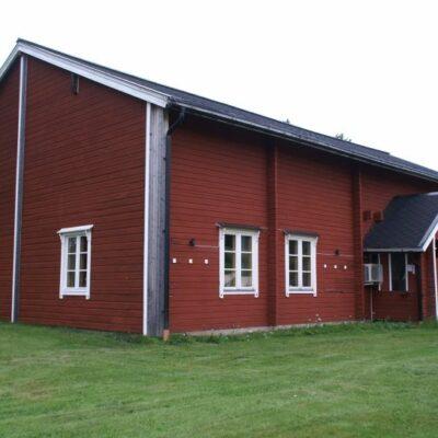 Dalgården är den största byggnaden på området och ligger vackert med utsikt över sjön. Både huvudentrén och altanen på baksidan har ramper för barnvagn eller rullstol.