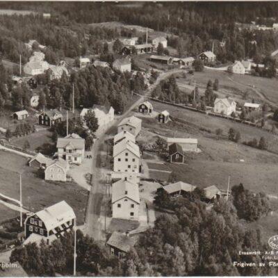 Flygfoto över Bjurholm Förlag: Anderssons Bok- och Pappershandel, Bjurholm, Tel. 9E 1608OcirkuleratÄgare: Åke Runnman9x14