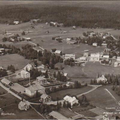 Flygfoto över Bjurholm E 1606Förlag: Anderssons Bok & Pappershandel, Bjurholm, Tel. 9Postat 16/3 1944Ägare: Åke Runnman9x14