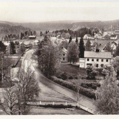Vy över Bjurholm Förlag: Forsbergs Kiosk, Bjurholm, tel. 285Poststämplat 19/9 19??Ägare: Åke Runnman9x14