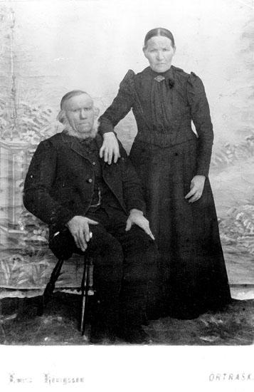 """Bonden Anders Andersson, född 1833, och hans hustru Maja Stina Johansdotter, född 1843. Boende på """"Backa"""", Norrström, Ström, Bjurholm. Fotoägare: Otto Nilsson, Ström."""