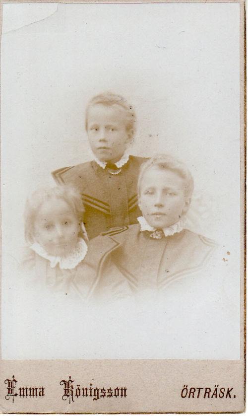 """Maria och Per Albert Königssons döttrar, överst Hildegard, fr.v. Emeli och Aline. Barnen, Emmas brorsdöttrar och Emeli, den yngsta, drunknade 1904 i """"Strucka"""", Öreälven, då hon var 10 år."""