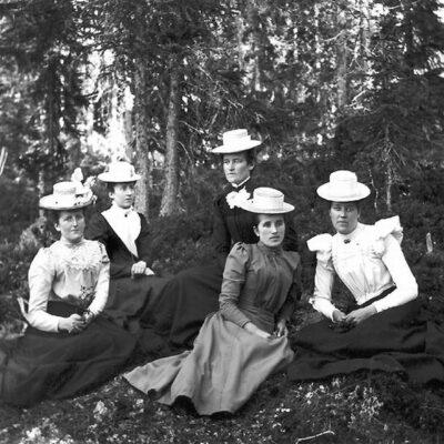 Fr v Nanny Jonsson, Hildur Jonsson, fotografen Emma Königsson, okänd, Ida Jonsson.  Emmas och Idas far var König Efraim Larsson som också var Nannys och Hildurs morfar. De senare var alltså Emmas och Idas systerdöttrar.