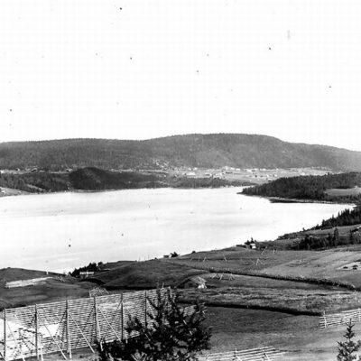 Utsikt från Sörsidan:  längst t.v. Gaffelberget, därefter Utifällan med Malberget, i bakgrunden, t.h. Kallberget och en skymt av byn Fårberget längst till höger.