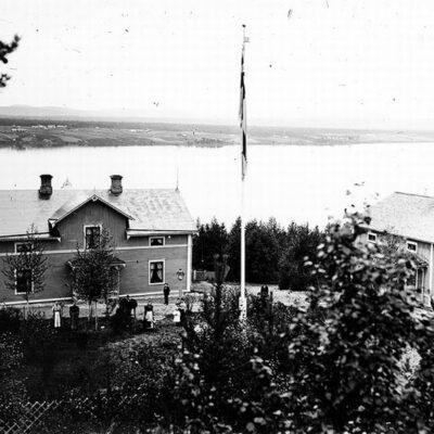 Bild över Jaedes med flygeln till höger. Förvaltarbostad byggd av Håknäs Sågverks AB (eller av Mo & Domsjö AB?). Huset sedermera ombyggt, förkortat och reveterat omkr. 1935 av ny ägare, pensionären Viktor Nordfjell, som före pensioneringen var skogsfaktor hos Mo & Domsjö. Ny ägare i början av 1940-talet, Carl Hugo Jaede. Huset nedbrunnet på 1960-talet. Huset stod då tomt efter att familjen flyttat till Lycksele.