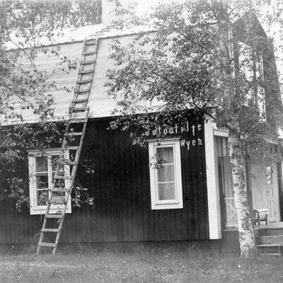 Fotografen Klara Perssons hus i Örträsk Text på husväggen: Fotoatilje, Wyen