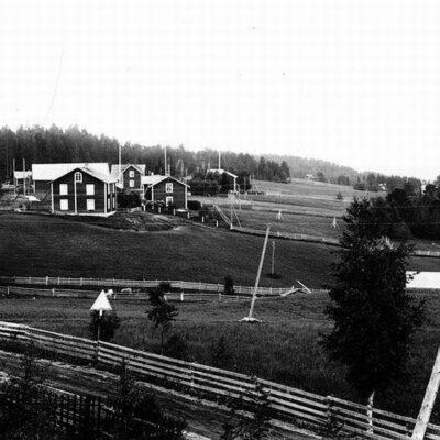 Vy över Örträsk, Inibyn. På bilden ser man Artur Karlssons gård med bagarstuga, kronojägarbostället, Algot Viklunds hus. Längst till höger Ida Johanssons pensionat, delvis skymt av träd.