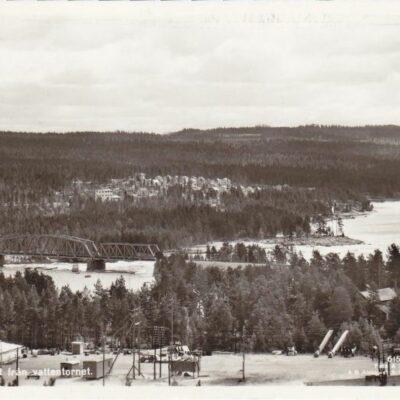 Lycksele. Utsikt från vattentornet. 615/53 Förlag: Bodéns Bokhandel K/B, Lycksele Ocirkulerat Ägare: Åke Runnman 9x14