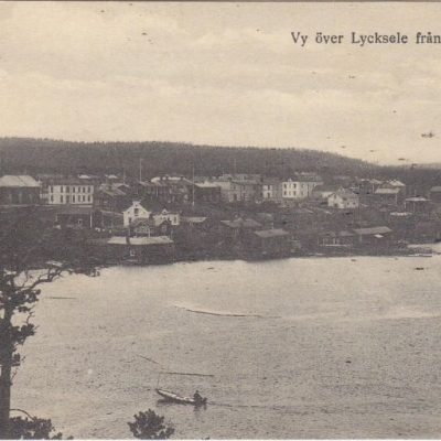 Vy över Lycksele från Korpberget Förlag Gust. S. Bodéns Bokhandel, Lycksele Poststämplat 25/6 1921 Ägare: Åke Runnman 9x14