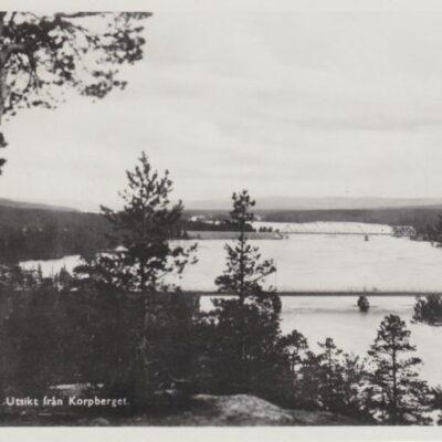 LYCKSELE Utsikt från Korpberget A. B. Alga, Stockholm Poststämplat 3/8 1949 Ägare: Åke Runnman 9x14