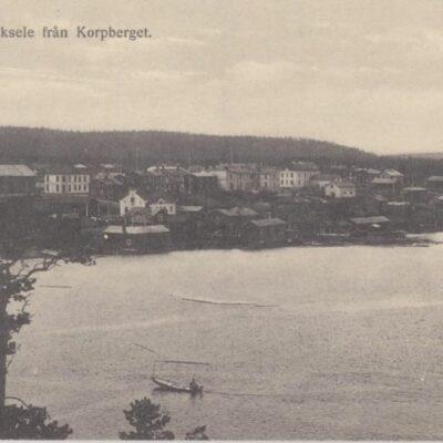 Vy över Lycksele från Korpberget Förlag Gust. S. Bodéns Bokhandel, Lycksele Ocirkulerat Ägare: Åke Runnman 9x14