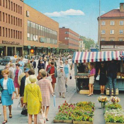 Vy över Umeå centrum med torghandel Färgfoto: Giovanni Trimboli Copyright Grafisk Konst Poststämplat 1969-01-24 Ägare: Ivar Söderlind 10x15