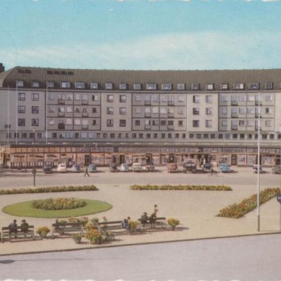 Umeå. Järnvägstorget med Spektrumhuset Pressbyrån Poststämplat 1953-05-02 Ägare: Åke Runnman 10x15