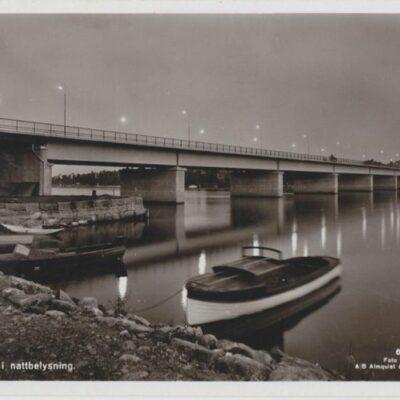 Umeå. Bron i nattbelysning Förlag: Fjellströms Pappershandel Eftr., A. G. Delin, Umeå Poststämplat 1955-08-21 Ägare: Ivar Söderlind 9x14