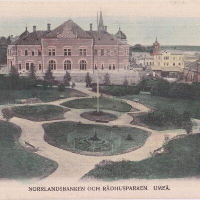 NORRLANDSBANKEN OCH RÅDHUSPARKEN. UMEÅ Reinhold Hjortsbergs Pappershandel, Umeå Poststämplat 1905-09-27 Ägare: Åke Runnman 9x14