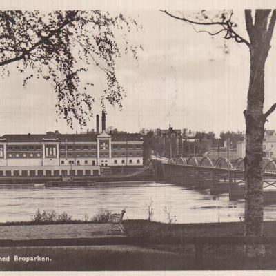 UMEÅ Bron med Broparken Foto och förlag: Bewe Magasinet, Umeå Poststämpel oläslig Ägare: Åke Runnman 9x14