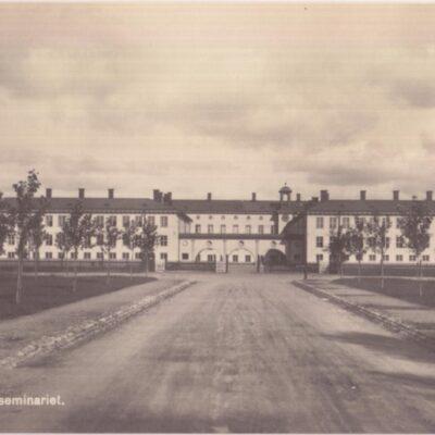 Umeå. Dubbelseminariet Förlag: Hjortsbergs Pappershandel, Umeå Ocirkulerat men daterat 1/11 1927 Ägare: Ivar Söderlind 9x14