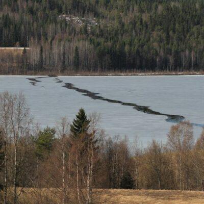 2014-04-26 Så har isen på sjön börjat röra på sig. Snart ligger sjön helt isfri. Foto: Elsebeth Wälivaara