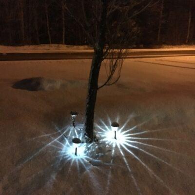 2016-04-26 Laddade solcellslampor och ett blött snötäcke ger effektfulla bilder Foto Åke Runnman