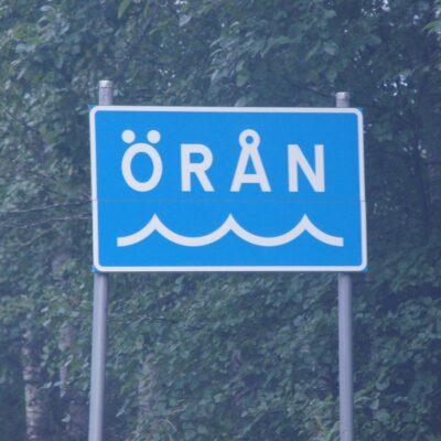 """2014-08-23 Nu har några av skyltarna kring Öreälven också fått våglinjen.  Denna skylt finns vid bron """"oppi ån"""" Foto: Åke Runnman"""
