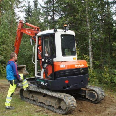 2014-08-26 I dag kom första grävmaskinen till Örträsk inför fiberdragningen. Erik grovjobbade och Fanny skötte grävaren. Foto: Åke Runnman