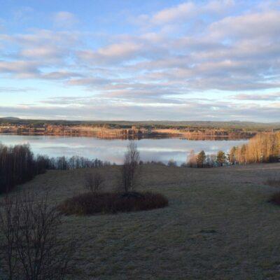 2014-10-31 En tidig morgonbild över västra Örträsk. Fortfarande ligger ett drygt tiotal svanar ute på sjön och trumpetar, sorgset och entonigt, inför sin avresa mot sydligare trakter, men snart är de tillbaka. Foto: Åke Runnman