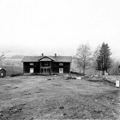 """Januari 2006 Vilket hus är detta? Bilden är tagen av Sune Zachrisson från Umeå och förmodligen fotograferad 1967. Januaris månadsbild från år 06 måste vara; """"JanKals"""" gård Utifälla. Är osäker på det rätta förnamnet, antingen Johan eller Jakob eller bådadera, en av sönerna, Gustav Karlsson, bor ju också Utifälla han vet säkert besked. Nuvarande ägare till gården är Yngve Karlsson. """"Jankals´n och hans fru; Ida var kända som mycket gästfria. Det gick inte att gå dit utan att bli bjuden på något. Jag har själv ett minne från min barndom då jag var dit i något ärende vid jultiden & naturligtvis dukades det fram en massa goda kakor å bullar upp. Jag skulle just sätta igång med bullarna då en av döttrarna kom å bar bort bullfatet å sa: Int ska väl pojken måsta dopp bulla då det är jul. Hon kunde ju inte veta att att en av mina  laster den tiden var just att doppa bullar, kakorna hade mindre dragningskraft."""