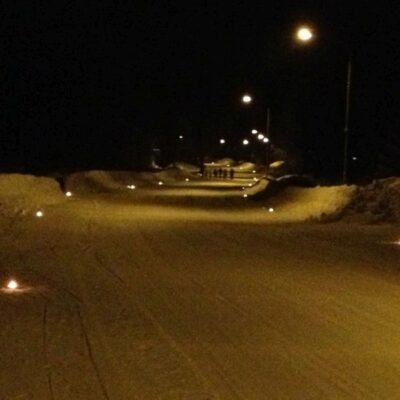 2017-01-01 Eftersom denna nyårsafton bjöd på halka, kraftig blåst och ingen snö så blev det inga marschaller längs Storgatan så ni får njuta av bilden från årsskiftet 2012/13 i stället. Notera snömängden. Foto: Åke Runnman