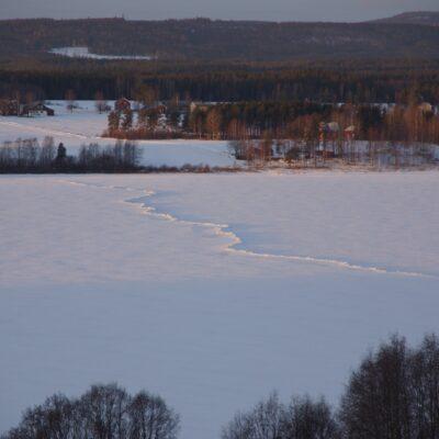 2017-01-24 Ni som kör skoter på Örträsksjön bör vara väldigt uppmärksamma då det parallellt med skoterleden över sjön har bildats en isvall som kan orsaka olyckor om man kör för fort.