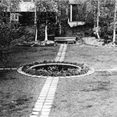 """November 2004  04-11-28 Bilden visar """"De tröttas park"""" vid gamla posten i Örträsk/Agneta Höglund. Varför heter den """"De tröttas park""""? Vem byggde upp detta och varför?/Åke 04-12-13 Benämningen """"De tröttas park"""" var väl ett uttryck av folkhumorn. Upphovsmannen (för det var säkert en man) vet jag inte, men däremot vet jag att det var Örträsk Trädgårdssällskap som var upphov till anläggningen, och det var alldeles riktigtår 1943. Wiktor Örtelius, som var poststationsföreståndaren, var också Trädgårdssällskapets förste sekreterare och det uppdraget innehade han i tio år, från 1937, då föreningen bildades, till 1947. För övrigt så upplöstes Örträsk Trädgårdssällskap 2001./Margareta Dahlgren"""