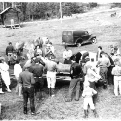 September 2005 Älgjakt kring 1955. Kan någon berätta mer? Bilden kommer från Hans Gustavsson.