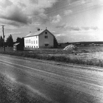 April 2005 Fotografen heter Evert Larsson från Umeå som levde mellan 1898 och 1964. Fotografiet kan vara taget kring 1957 och visar det nuvarande Café Vildanden.