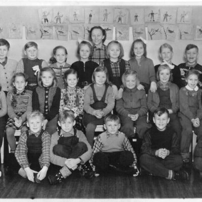 """November 2006 Bilden är inskickad av Sivert Nyström som själv sitter i mitten längst fram. Bilden är tagen 1949 och visar eleverna i klass 1 och 2 vid Örträsk skola. Känner någon igen fler av eleverna? Från Ann-Christin Westerberg kommer följande information: Såg månadens bild för november på Örträsk hemsida och där kände jag igen min moster Margot Nordli (Andersson som ogift). Hon sitter längst till vänster, rad 2. Margot bor numera i Norge, närmare bestämt i Arendal, där bor hon med sin make och de har travhästar som de föder upp. Hennes föräldrar (min mormor och morfar) var Beda och Anfred Andersson. Min mormor Beda Andersson (född Olsson) var förresten med på bilden om flottarbåten. Där var också hennes bror Evert med. Han tog efternamnet Gustavsson efter sin far Gustav Olsson. Själv så har jag hittat tillbaka till Örträsk via min sambo Nils-Gunnar Torstensson. Här har jag funnit smultronstället på """"Fälla"""". Som barn så var jag ofta här i Örträsk av naturlig orsak, och jag trivdes bra hos mormor och morfar. Sedan så är det otroligt att man sedan kan knyta ihop detta med att hitta en ny man, i ett nytt skede i livet, som kommer från ens ursprung. En liten parentes bara. Örträsk är en fin bygd och man hoppas att byn inte dör ut utan att den befolkas så att den kan leva vidare. Ett mycket namnrikt mail från Lilian Lycksell kom med nästan alla namnen:  Övre raden från vänster: Karl-Gerhard Larsson (1), okänd, Palmer Söder (2), Margareta Öman (2), Kristina Hellgren (2), Elly Larsson (2), okänd, Ingemar Larsson (1), Björn Egervall (1), och Stig Jonsson (1). Mellanraden fr.v.: Gun-Margot Andersson (2), Mirjam Lindberg (2), Ella Gustavsson (1), Lilian Lindström (1), Kerstin Königsson (1), Gunilla Bergström (1), okänd syster till den förra flickan som jag ej vet namnet på, Lilian Lycksell (1) och Gretel Jansson (1). Första raden fr.v.: Josef Andersson (1), Evald Hellgren (1), Sivert Nyström (1), Eugen Arvidsson (1), och Bernt Göransson (1). Lärarinnan heter Thea Jonsson o"""