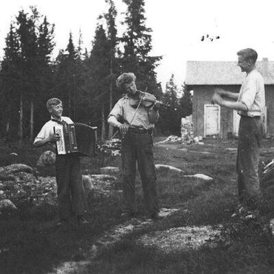 December 2016 För december gör vi ett besök i samlingarna på Västerbottens museum Bröderna Bruno, Harry och Tore Karlsson, Karlsgård, Vargträsk, Örträsk någon gång på 1930-talet. Fotograf okänd