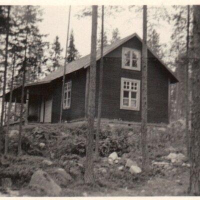 Januari 2016 Denna gång tänkte jag låta er fundera ett tag. Det är ju precis in på det nya året så då ska man ta det lite lugnt och fundera. Var finns detta hus och vem bodde där? Från flera olika källor kommer det rätta svaret. Det är huset på Moriaberg innan ombyggnationen (ovanför Robert Öhrman) och det var Olof Andreas Öhrman (1865-1956) som bodde där.